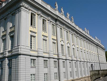 Zentrum des gesamten Markgraftums und heute Sitz der Regierung von Mittelfranken. Die Residenz Ansbach ist heute ein Museum.