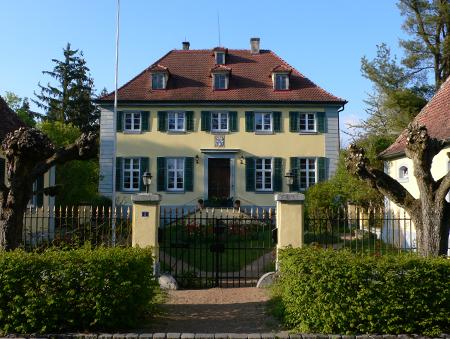 Schloss Wald mit formalem Vorgarten, Gittertor und Gitterzaun in originaler Anlage.