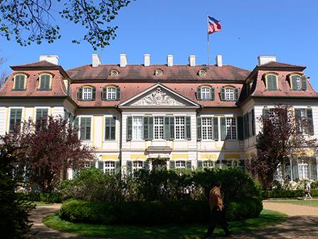 Schloss Dennenlohe mit der Fahne in den Farben der Familie Süßkind.